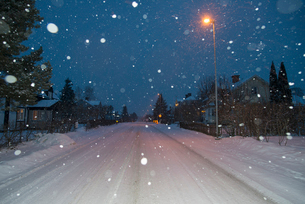 Sweden, Sodermanland, Stigtomta, Illuminated village street in winterの写真素材 [FYI02703903]