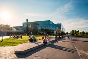 Finland, Helsinki, Musikhuset Aarhus, Sidewalk leading past modern buildingの写真素材 [FYI02703937]