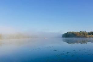 Finland, Etela-Savo, Huttula, Lake Saimen, Mist over still lakeの写真素材 [FYI02703956]
