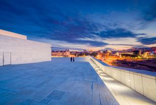 Norway, Oslo, Bjorvika, Operahuset at sunsetの写真素材 [FYI02704009]