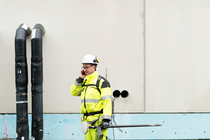 Sweden, Vastmanland, Construction worker talking on phoneの写真素材 [FYI02704013]