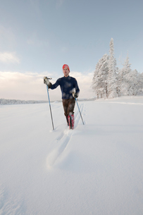 Sweden, Lappland, Jokkmokk, Mid adult man walking in snowの写真素材 [FYI02704016]