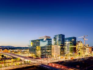 Norway, Oslo, Bjorvika, View of cityscape in nightの写真素材 [FYI02704029]