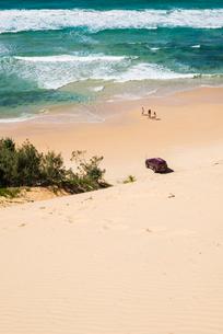 Australia, Queensland, Great Sandy National Park, Rainbow Beach, Sandy beach with car and peopleの写真素材 [FYI02704030]