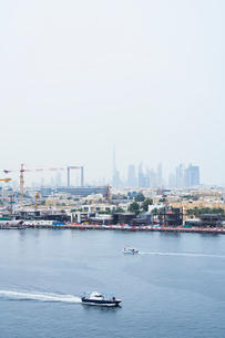 United Arab Emirates, Dubai, Yacht on bay with skyscrapers in backgroundの写真素材 [FYI02704039]