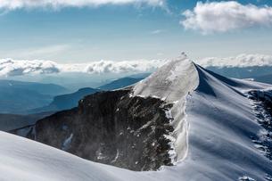 Sweden, Lapland, Snowy ridge and peak of Kebnekaise mountainの写真素材 [FYI02704055]