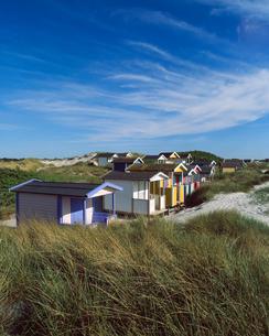 Sweden, Skane, Skanor med Falsterbo, Huts on grassy beachの写真素材 [FYI02704065]