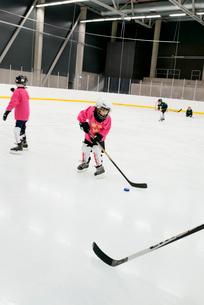 Sweden, Children (6-7) training on ice hockey rinkの写真素材 [FYI02704094]