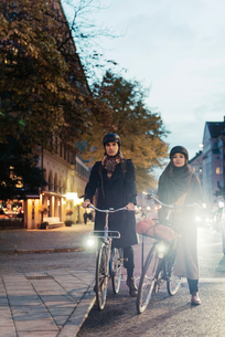 Sweden, Uppland, Stockholm, Vasatan, Sankt Eriksgatan, Man and woman cycling on city streetの写真素材 [FYI02704099]