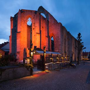 Sweden, Gotland, Visby, Sankta Karin ruined church at duskの写真素材 [FYI02704113]