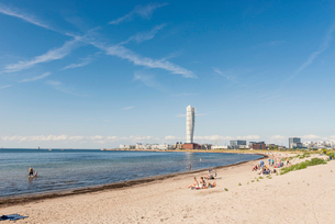 Sweden, Skane, Malmo, Ribersborg, Coastline with Turning Torso in backgroundの写真素材 [FYI02704148]