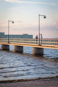 Sweden, Skane, Malmo, Ribersborg, Man and woman standing on Kallbadhuset bridgeの写真素材 [FYI02704170]