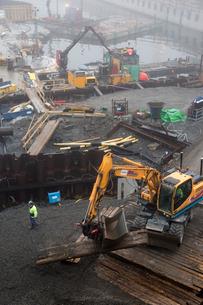 Sweden, Sodermanland, Hammarby Sjostad, Construction site in harborの写真素材 [FYI02704193]