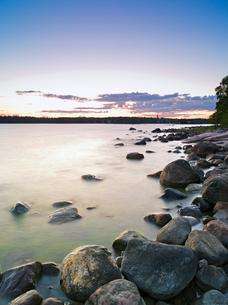 Finland, Uusimaa, Helsinki, Lauttasaari, Stones and rocks at coastの写真素材 [FYI02704225]