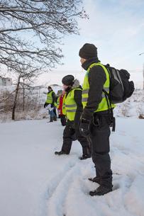 Sweden, Uppland, Upplands Vasby, Volunteers of Missing people organization standing in lineの写真素材 [FYI02704246]