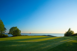 Sweden, Ostergotland, View of Ombergs Golf Resort by Lake Vatternの写真素材 [FYI02704250]
