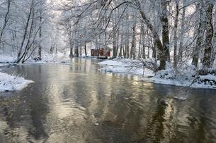 Sweden, Sodermanland, Trosaan, View of house by river in winterの写真素材 [FYI02704254]