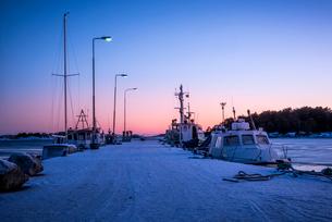 Sweden, Sodermanland, Toro, Boats anchored at marina at duskの写真素材 [FYI02704270]