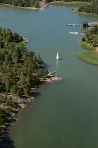 Finland, Uusimaa, Porkkala, View of sailing boat in bayの写真素材 [FYI02704280]