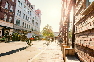 Sweden, Skane, Malmo, Mollevangen, Street in old town on sunny dayの写真素材 [FYI02704282]
