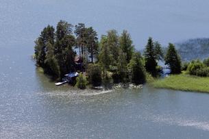 Finland, Uusimaa, Porkkala, View of cottage houses on small islandの写真素材 [FYI02704286]