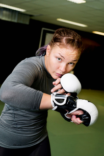 Sweden, Young female boxer training in gymの写真素材 [FYI02704312]
