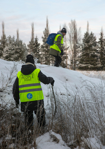 Sweden, Uppland, Upplands Vasby, Volunteers of Missing people organization in winterの写真素材 [FYI02704324]