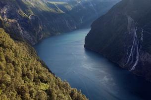 Norway, Sunnmore, Geirangerfjorden, River flowing through mountainsの写真素材 [FYI02704325]