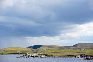 UK, Scotland, Shetland, Yell, Otterswick, Grass plateau by seaの写真素材 [FYI02704327]