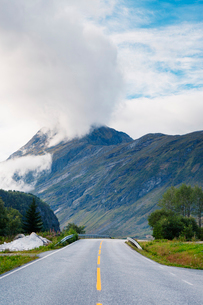 Norway, More og Romsdal, Sunnmore, Empty road in mountainsの写真素材 [FYI02704351]