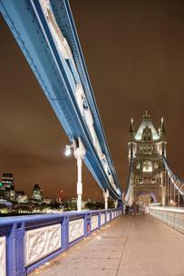 UK, England, London, Pedestrian walkway of Tower Bridge at nightの写真素材 [FYI02704379]