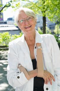 Sweden, Stockholm, Ostermalm, Portrait of senior woman wearing arm slingの写真素材 [FYI02704416]