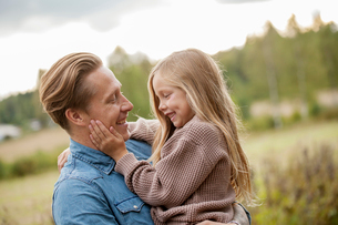 Finland, Uusimaa, Raasepori, Karjaa, Father bonding with his daughter (6-7)の写真素材 [FYI02704426]