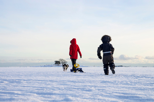 Finland, Nyland, Drumso, Woman with son (4-5) walking in snowの写真素材 [FYI02704427]
