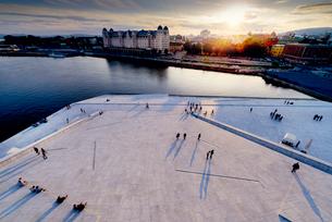 Norway, Oslo, Bjorvika, Operahuset at sunsetの写真素材 [FYI02704459]