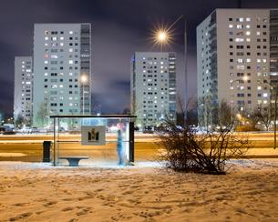 Sweden, Skane, Malmo, Hogaholm, Almvik, Bus stop by road at nightの写真素材 [FYI02704462]