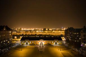 Sweden, Skane, Malmo, Drottningtorget, City square at nightの写真素材 [FYI02704478]