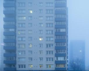 Sweden, Skane, Malmo, Hogaholm, Almvik, Residential buildings in fogの写真素材 [FYI02704492]