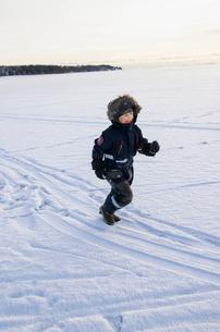 Finland, Nyland, Drumso, Boy (4-5) running in snowの写真素材 [FYI02704494]