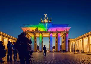 Germany, Berlin, Brandenburg Gate, View of colorful illumination at duskの写真素材 [FYI02704518]