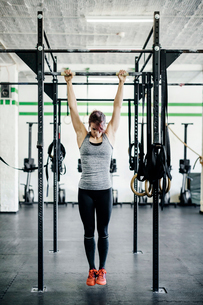 Germany, Young woman training in gymの写真素材 [FYI02704535]