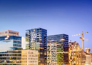 Norway, Oslo, Bjorvika, View of cityscape in nightの写真素材 [FYI02704536]