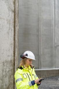 Sweden, Vastmanland, Engineer working at construction siteの写真素材 [FYI02704556]