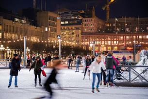 Sweden, Stockholm, Kungstradgarden, Ice rink at nightの写真素材 [FYI02704558]