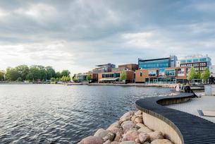 Sweden, Smaland, Jonkoping, Overcast sky above waterfront districtの写真素材 [FYI02704609]