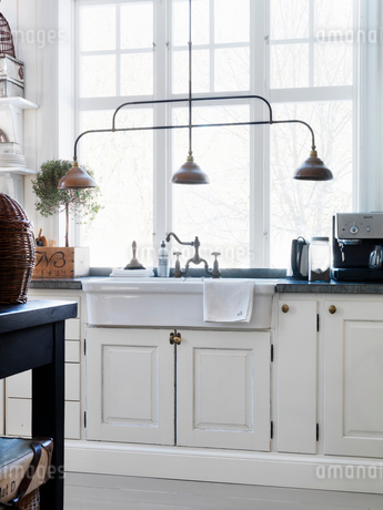 Kitchen interior in country homeの写真素材 [FYI02704619]
