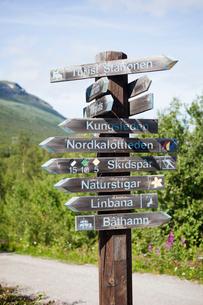 Sweden, Lapland, Abisko, Wooden directional sign along dirt roadの写真素材 [FYI02704656]