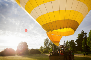 Sweden, Sodermanland, Stockholm, Arsta, Group of people in hot air balloonの写真素材 [FYI02704675]