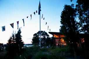 Sweden, Stockholm, Sodermanland, Dalaro, House by lake at duskの写真素材 [FYI02704688]