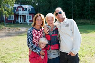 Sweden, Sodermanland, Vitsgarn, Family with two children (8-9, 14-15)の写真素材 [FYI02704699]